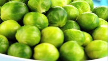 Brussels sprouts in a dish — Stock Video