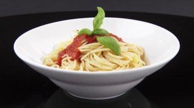Spaghetti met tomatensaus — Stockvideo