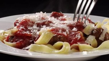 Ribbon pasta with meatballs — Stock Video