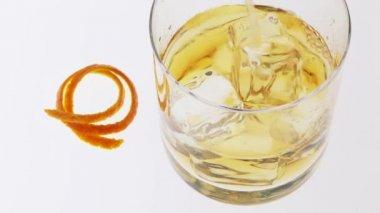 Despejando um copo de uísque — Vídeo stock