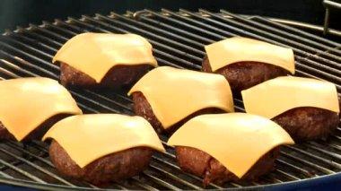 Burger mit Käse auf einem Grill — Stockvideo