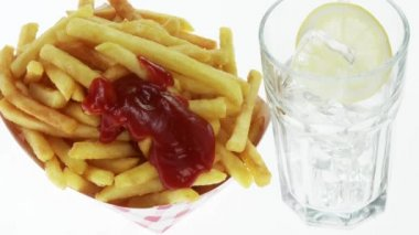 Chips and a glass of cola — 图库视频影像