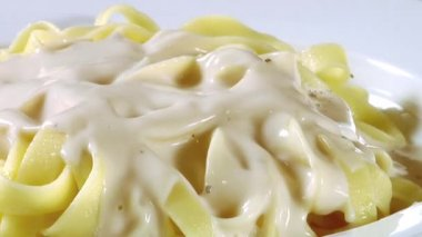 Sprinkling pepper over ribbon pasta — Stock Video