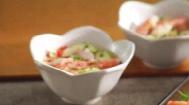 Gurkensalat mit Krabben und Garnelen-tempura — Stockvideo