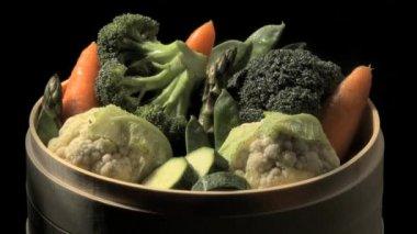 Steamed vegetables in a basket — Stockvideo