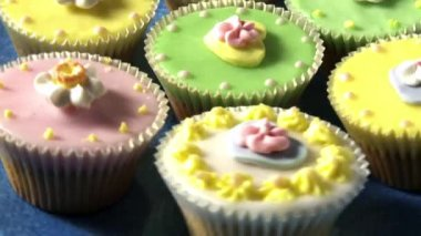 Colourful cupcakes on a plate — Stock Video