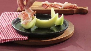 Woman arranging melon and ham — Stock Video