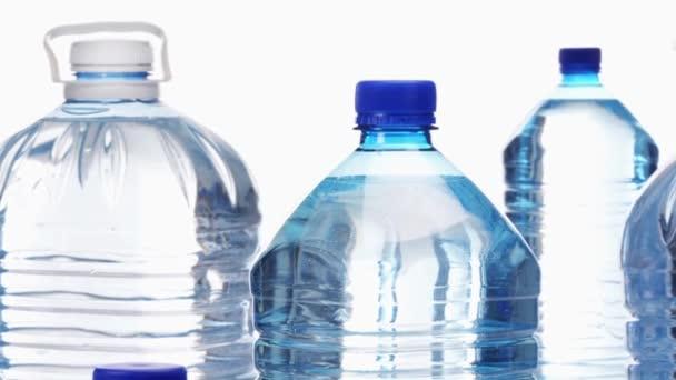 Agua en botellas de plástico — Vídeo de stock