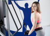 Podnoszenie ciężarów silna kobieta na siłowni wyglądający zadowolony — Zdjęcie stockowe
