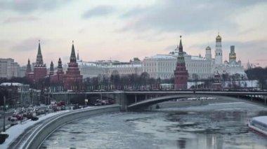 Moscow. Kremlin. Big Stone Bridge. Winter. Rapid — 图库视频影像