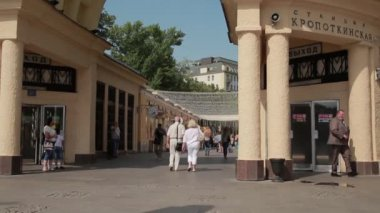 Summer Moscow. People walk near the metro Kropotkinskaya. 02 — Stock Video