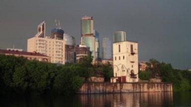川。天気が悪い。ビジネス センター モスクワ市 — ストックビデオ