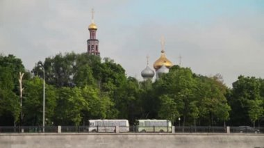 Moscow. Quay. One can see the domes of the Church — Stock Video
