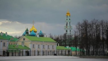 Sergiev Posad, Russia, on the territory of the Holy Trinity St. Sergius Lavra. flying birds — Stockvideo