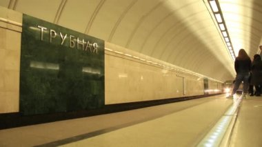 Trubnaya metro station. The arrival of the train — Stock Video