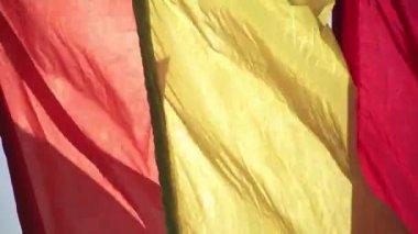 Vlaggen zwaaien in de wind. Panorama. — Stockvideo