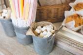 菓子ストロー ブラウンとホワイト コーヒーとパンの店バー砂糖すべて木製の背景で素朴なスタイルの内装 — ストック写真