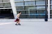 Chico skater de Cool hipster morena joven y guapo caucásica sombrero posando sonriente y divertirse fuera mientras patina con su patineta durante día de verano increíble en la ciudad — Foto de Stock