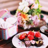 Caramelle di cioccolato con le fragole sulla piastra — Foto Stock