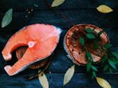 Salmone e Baia di foglie su fondo di legno — Foto Stock