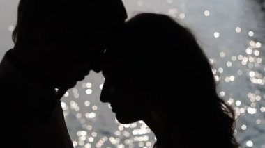 Silhouette couple kissing — Stock Video