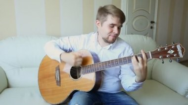 Practicing in playing guitar. Handsome young men playing guitar — Stock Video