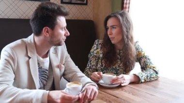 Флирт пара в кафе — Стоковое видео