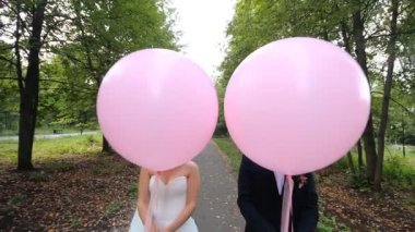 Happy bride and groom with balloon — Stock Video