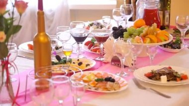Served for a banquet table. Wine glasses with napkins, glasses and salads. — Stock Video