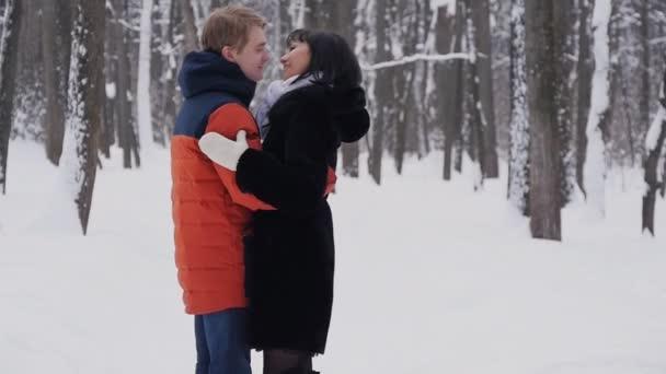 Картинки обнимающихся пар зимой