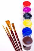 Butelki z farby gwasz i pędzle artystyczne obrazy. — Zdjęcie stockowe