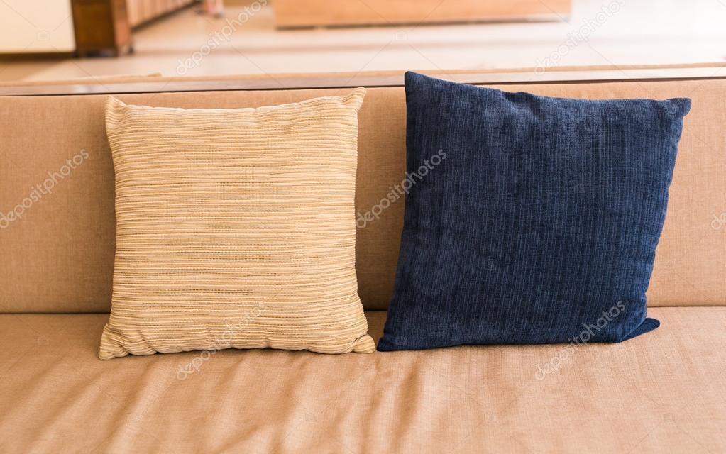 Acogedor sofá con almohadas. Concepto de decoración de interiores ...