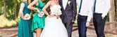Bruid en bruidegom met vrienden — Stockfoto