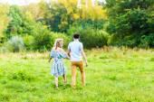 Coppie felici che camminano sul prato — Foto Stock