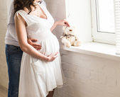 Красивая беременная женщина со своим мужем — Стоковое фото