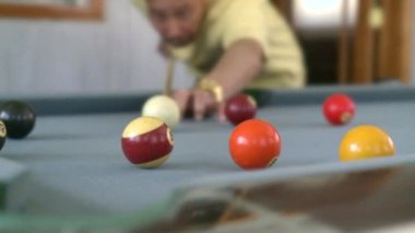 Mann spielen pool — Stockvideo