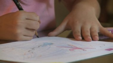 Girl drawing a pencils — Vídeo de Stock
