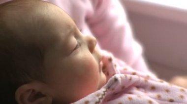 Spädbarn flicka — Stockvideo