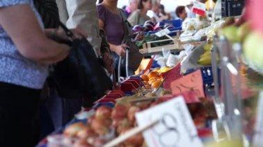 People buy food in the market — Stock Video