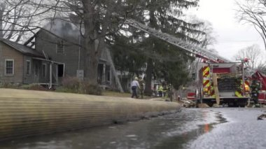 Firefighters extinguish a burning house — Stock Video