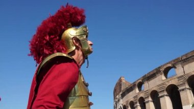 Roman soldier near Colosseum in Rome — Stock Video