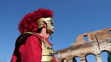 Roman soldier near Colosseum — Stock Video