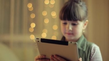 Young girl holding a tablet — ストックビデオ