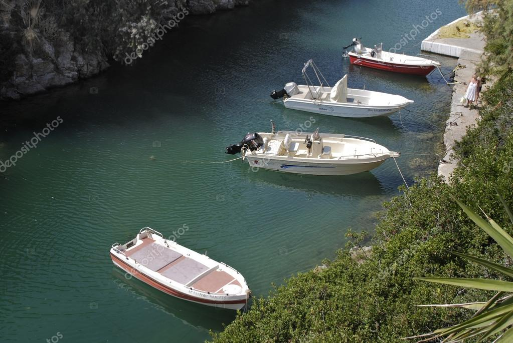 пришвартовать лодку