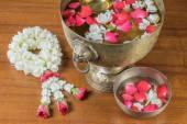 Tajski girlanda kwiatów i wody z jaśminu i róże corolla na — Zdjęcie stockowe