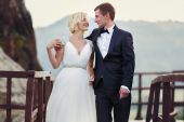 Wedding couple walking on the bridge in the mountains — Stock Photo