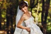 Невеста Холдинг платье и улыбается — Стоковое фото