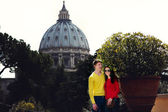 Couple on the background of the dome of St. Peter the trees — Stock Photo