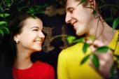 Casal apaixonado no jardim do Museu do Vaticano em Roma entre arbustos — Fotografia Stock