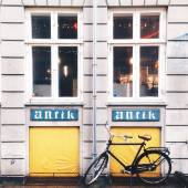 Bike parked near building — Stock Photo